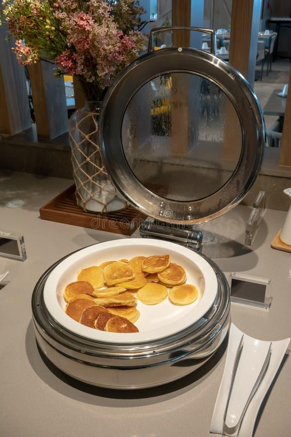 Μίνι τηγανίτα στο θερμό δίσκο για το πρόγευμα στοκ φωτογραφίες