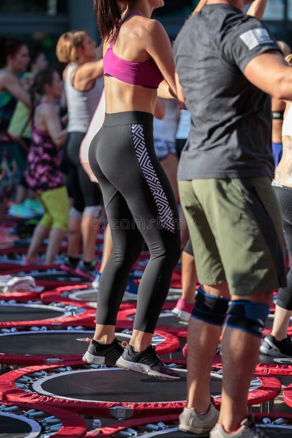 Μίνι τραμπολίνο Workout: Άνθρωποι που κάνουν την άσκηση ικανότητας στην υπαίθρια κατηγορία στη γυμναστική στοκ εικόνες