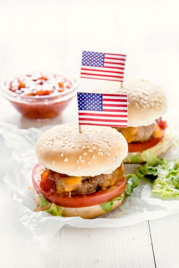 Μίνι burger βόειου κρέατος με τη αμερικανική σημαία στοκ εικόνα με δικαίωμα ελεύθερης χρήσης