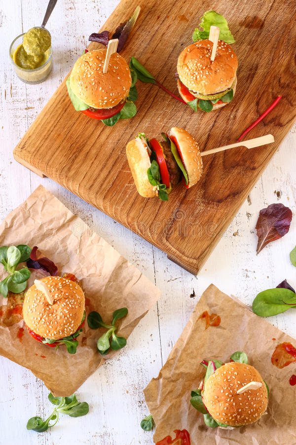 Μίνι Burger Pesto ολισθαίνοντες ρυθμιστές στοκ εικόνα με δικαίωμα ελεύθερης χρήσης