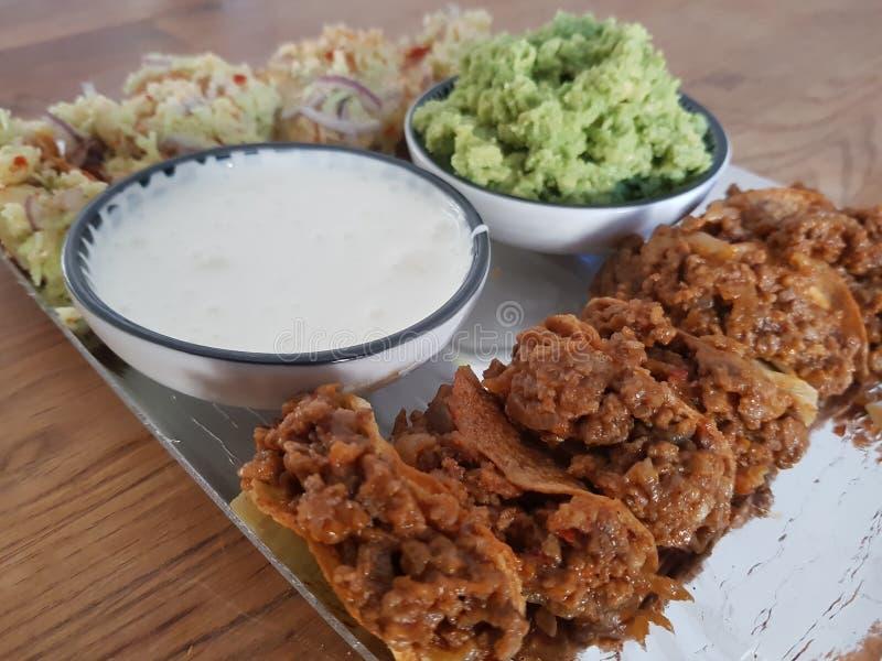 Μίνι tacos κρέατος με το guacamole στοκ εικόνες