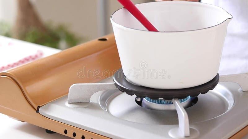 Μίξη του λούστρου σοκολάτας Μαγειρεύοντας κέικ στοκ φωτογραφία με δικαίωμα ελεύθερης χρήσης