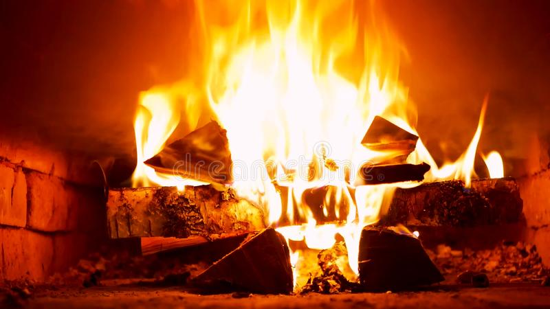 Μίξη του ξύλινος-καψίματος στη ρωσική σόμπα στοκ φωτογραφία