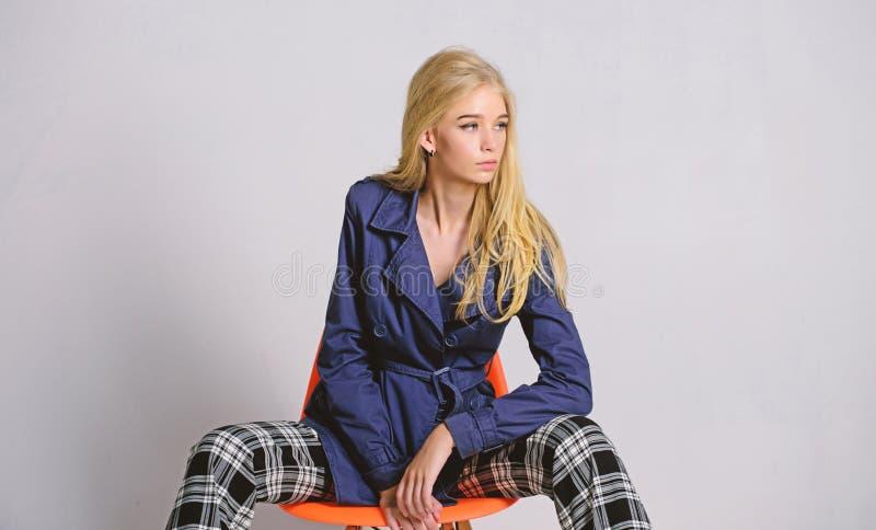 Μίξη των μορφών Πρότυπο παλτό ένδυσης μόδας κοριτσιών για την εποχή άνοιξης Τάση μόδας παλτών τάφρων Πρέπει να έχετε την έννοια r στοκ εικόνα
