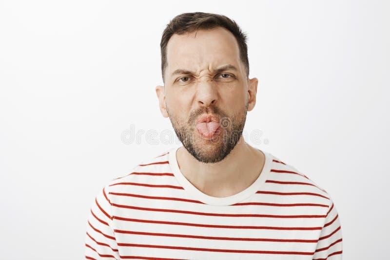 Μίσος που κάνει τις μικροδουλειές σπιτιών Το πορτρέτο ο απειθής σύζυγος με τη σκληρή τρίχα, που και που κολλά έξω η γλώσσα ενώ στοκ εικόνες με δικαίωμα ελεύθερης χρήσης