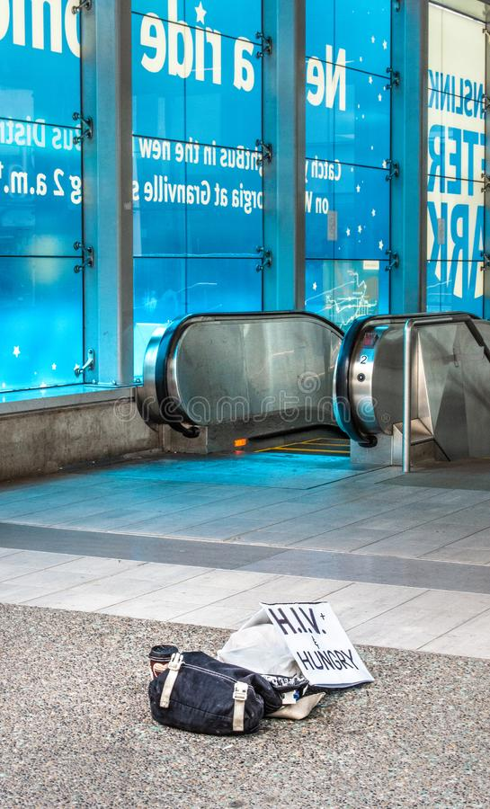 12 Μαΐου 2019 - Βανκούβερ, Καναδάς: Σημάδι περιουσιών και HIV του άστεγου προσώπου στην είσοδο στο σταθμό Skytrain κέντρων της πό στοκ φωτογραφίες με δικαίωμα ελεύθερης χρήσης