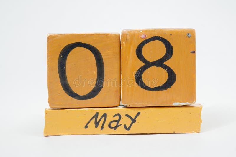 8 Μαΐου Ημέρα 8 του μήνα, χειροποίητο ξύλινο ημερολόγιο που απομονώνεται στο άσπρο υπόβαθρο μήνας άνοιξη, ημέρα της έννοιας έτους στοκ φωτογραφία με δικαίωμα ελεύθερης χρήσης