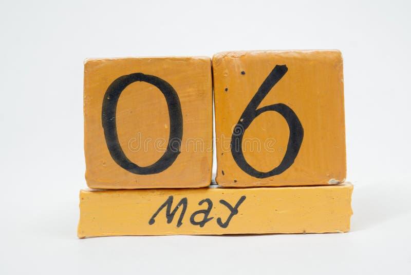6 Μαΐου Ημέρα 6 του μήνα, χειροποίητο ξύλινο ημερολόγιο που απομονώνεται στο άσπρο υπόβαθρο μήνας άνοιξη, ημέρα της έννοιας έτους στοκ φωτογραφία με δικαίωμα ελεύθερης χρήσης