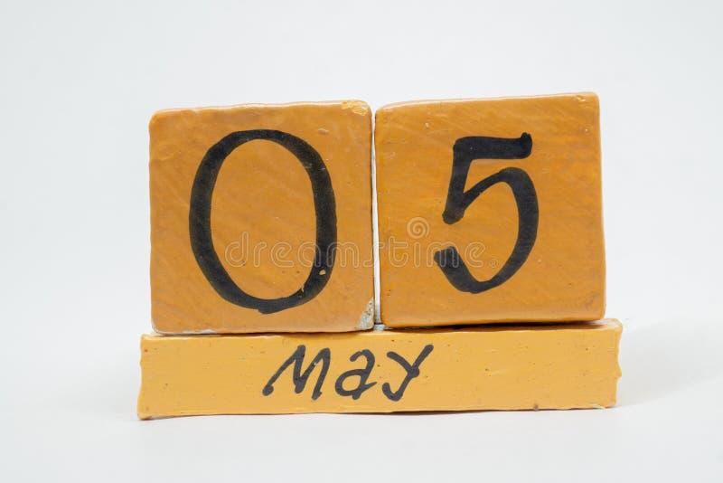 5 Μαΐου Ημέρα 5 του μήνα, χειροποίητο ξύλινο ημερολόγιο που απομονώνεται στο άσπρο υπόβαθρο μήνας άνοιξη, ημέρα της έννοιας έτους στοκ εικόνα