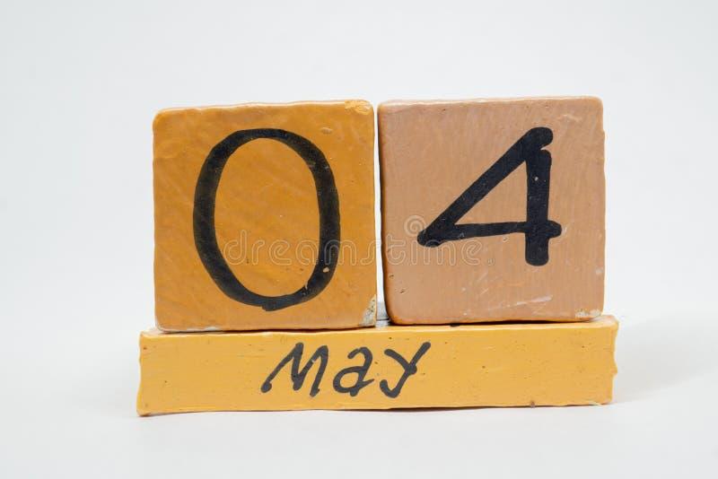 4 Μαΐου Ημέρα 4 του μήνα, χειροποίητο ξύλινο ημερολόγιο που απομονώνεται στο άσπρο υπόβαθρο μήνας άνοιξη, ημέρα της έννοιας έτους στοκ φωτογραφίες
