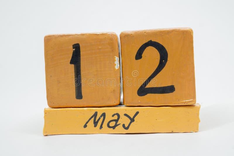 12 Μαΐου Ημέρα 12 του μήνα, χειροποίητο ξύλινο ημερολόγιο που απομονώνεται στο άσπρο υπόβαθρο μήνας άνοιξη, ημέρα της έννοιας έτο στοκ εικόνα