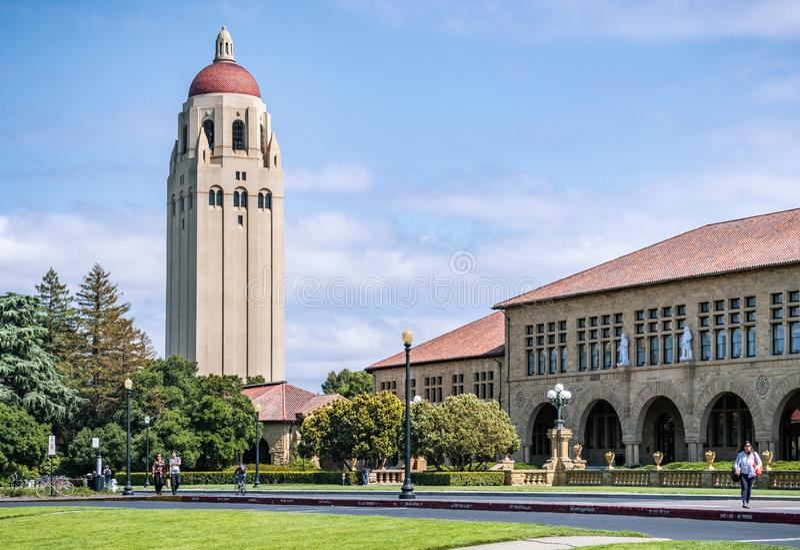 9 Μαΐου 2019 Πάλο Άλτο/ασβέστιο/ΗΠΑ - εξωτερική άποψη του κύριου τετραγώνου στο Πανεπιστήμιο του Stanford στοκ εικόνες με δικαίωμα ελεύθερης χρήσης