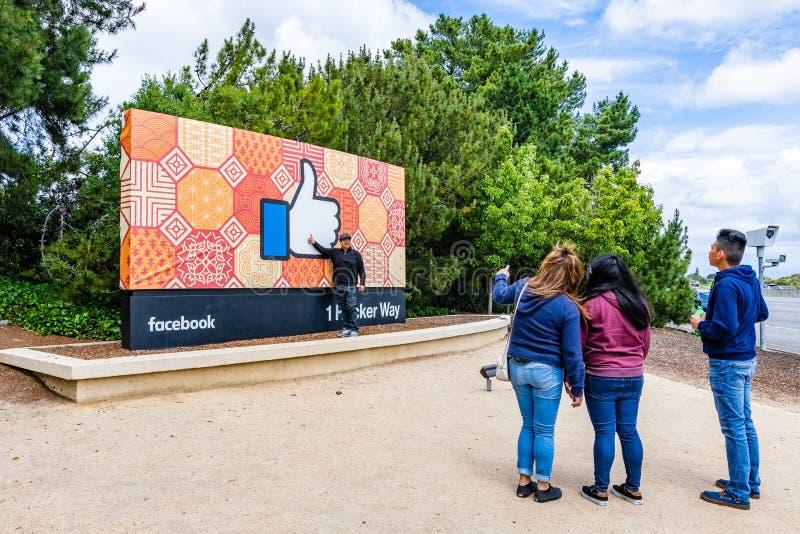 26 Μαΐου 2019 πάρκο Menlo/ασβέστιο/ΗΠΑ - τουρίστες που θέτουν μπροστά από το Facebook όπως το σημάδι κουμπιών που βρίσκεται στην  στοκ φωτογραφία με δικαίωμα ελεύθερης χρήσης