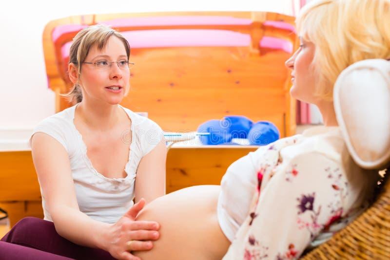 Μαία που βλέπει τη μητέρα για την εξέταση εγκυμοσύνης στοκ εικόνες με δικαίωμα ελεύθερης χρήσης