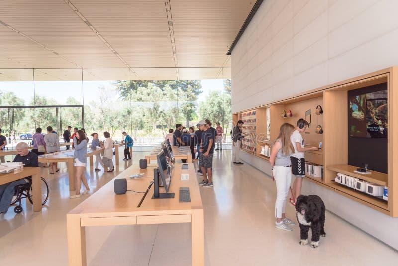 Μαγαζί λιανικής πώλησης εμπορευμάτων της Apple στο κέντρο επισκεπτών πάρκων της Apple στοκ εικόνες