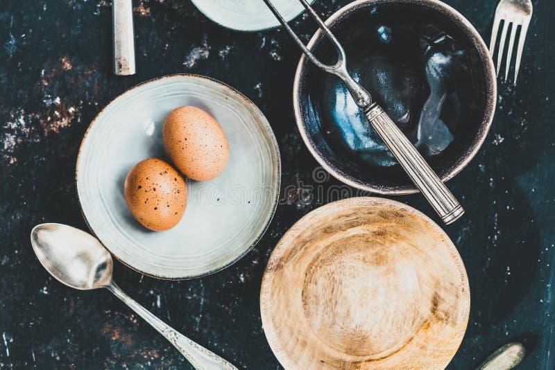 Μαγείρεμα ή κατανάλωση της έννοιας με την αγγειοπλαστική και τα μαχαιροπήρουνα στοκ φωτογραφία
