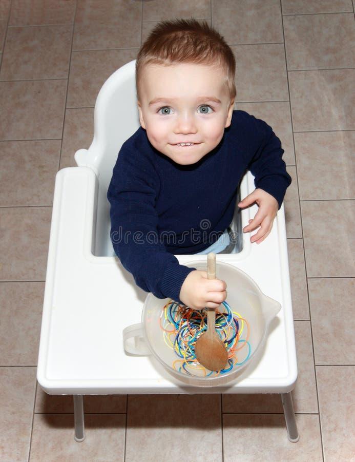 μαγείρεμα αγοριών στοκ φωτογραφίες με δικαίωμα ελεύθερης χρήσης