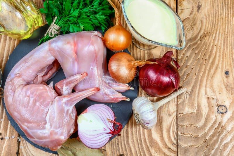 Μαγείρεμα ακατέργαστου ολόκληρου του κουνελιού με την ξινή σάλτσα κρέμας με τα λαχανικά ένα εορταστικό γεύμα γαστρονομικός θρεπτι στοκ φωτογραφία