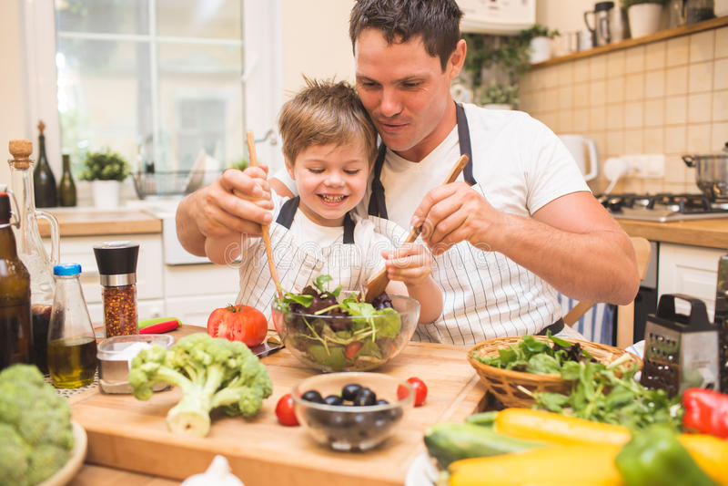 Μαγείρεμα ατόμων αρχιμαγείρων στην κουζίνα με λίγο γιο στοκ φωτογραφία με δικαίωμα ελεύθερης χρήσης