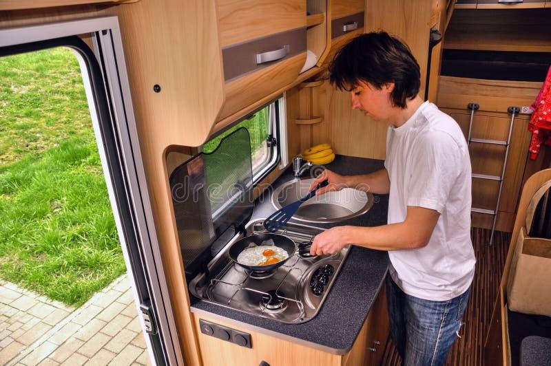 Μαγείρεμα ατόμων στο εσωτερικό motorhome (rv) στοκ φωτογραφία με δικαίωμα ελεύθερης χρήσης