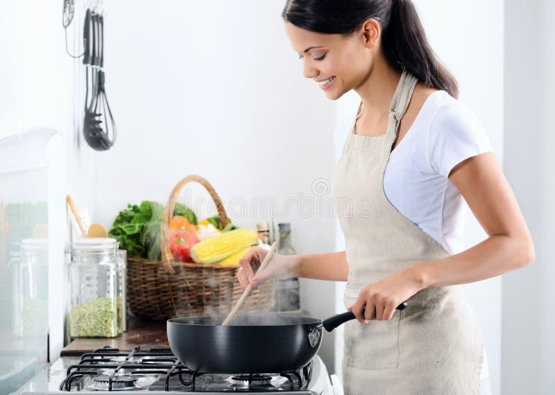 Μαγείρεμα εγχώριων αρχιμαγείρων στην κουζίνα στοκ εικόνες