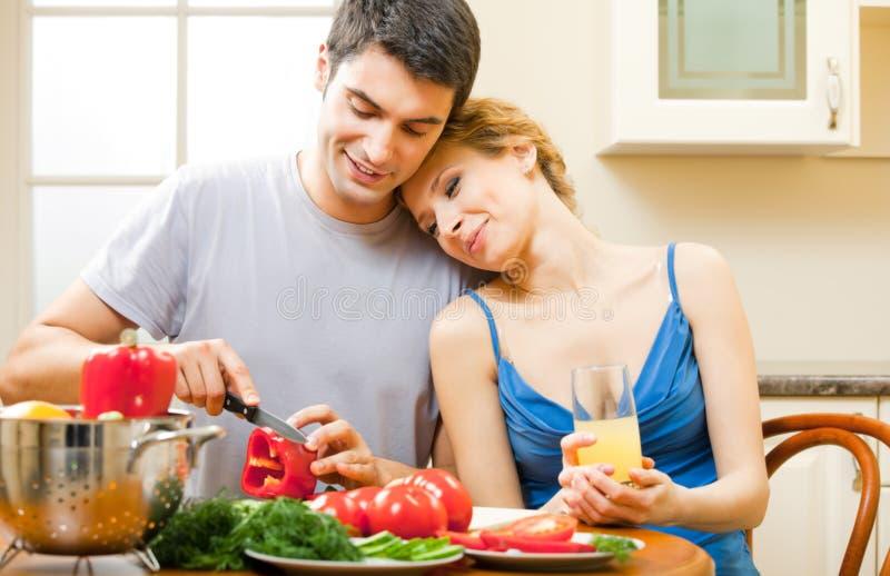 Μαγείρεμα ζεύγους στοκ φωτογραφίες