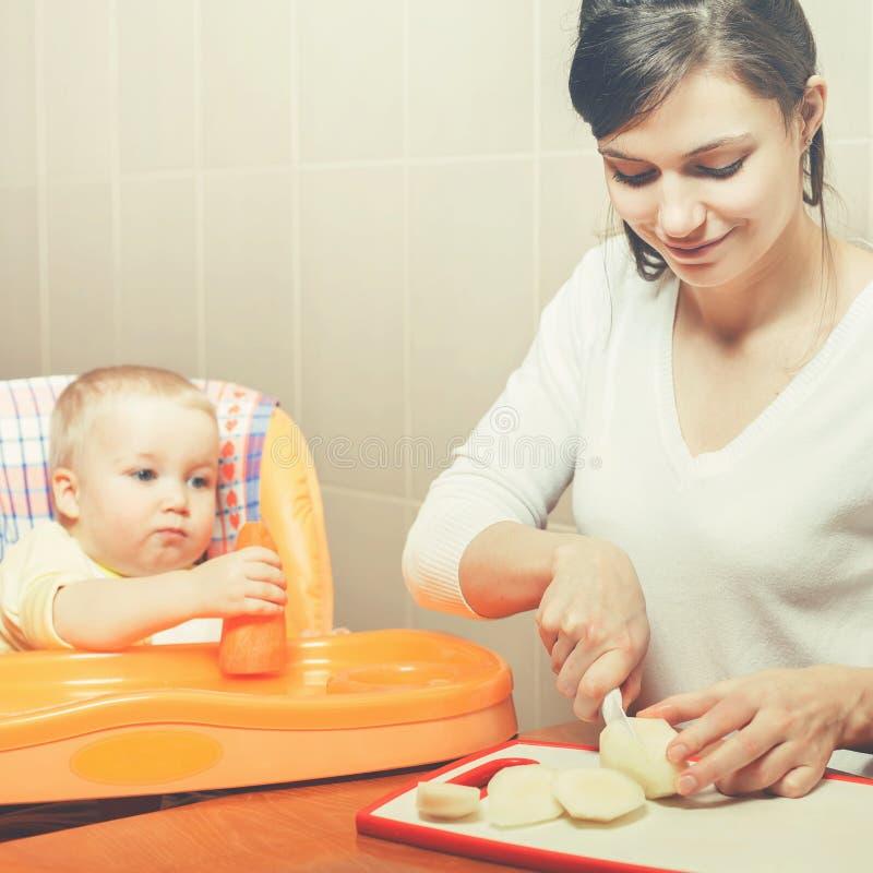 Μαγείρεμα και τροφές Mom τα φρούτα και λαχανικά μωρών στοκ εικόνα