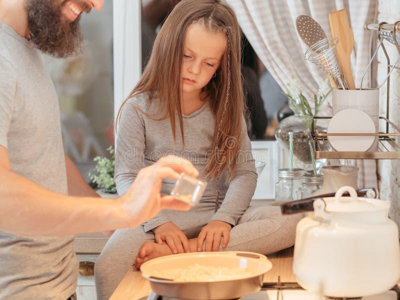 Μαγείρεμα κορών πατέρων οικογενειακής μαγειρικό κατηγορίας στοκ φωτογραφία
