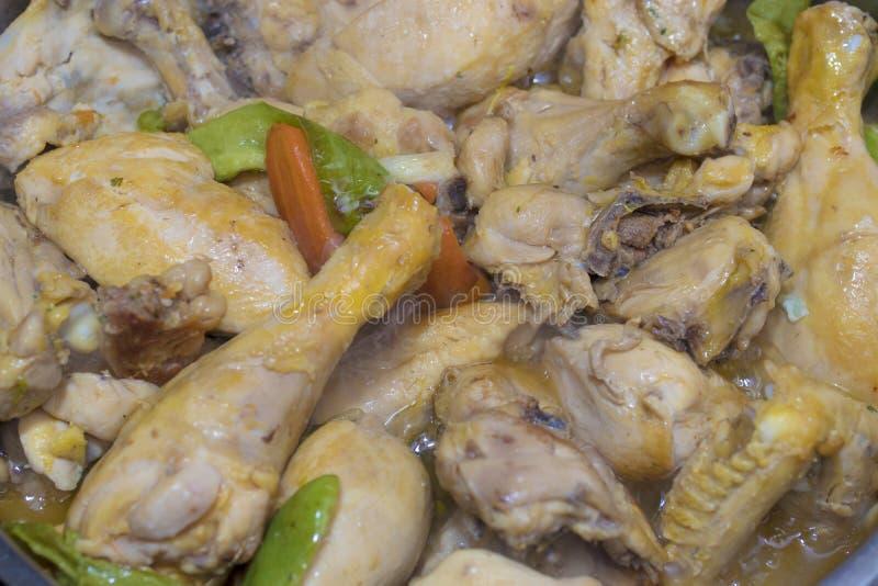 Μαγείρεμα κοτόπουλου στην κουζίνα στοκ φωτογραφία με δικαίωμα ελεύθερης χρήσης