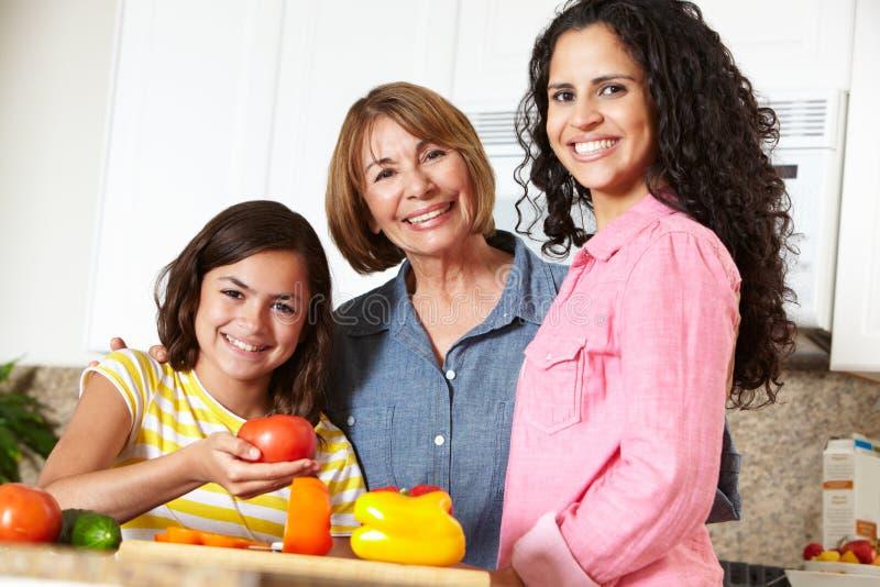Μαγείρεμα μητέρων, κορών και γιαγιάδων στοκ εικόνες με δικαίωμα ελεύθερης χρήσης