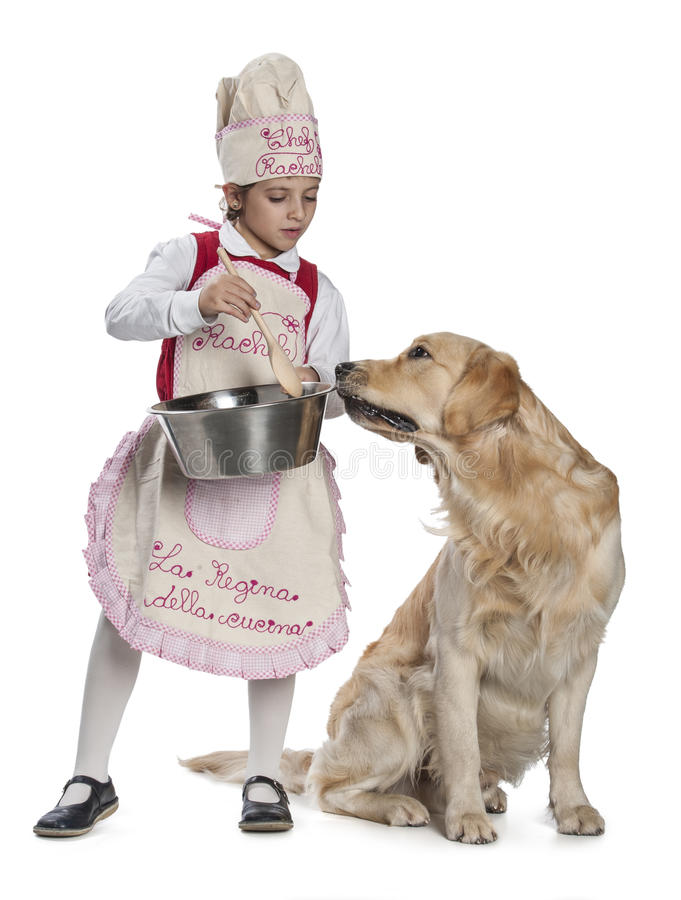 Μαγείρεμα μικρών κοριτσιών για το σκυλί της στοκ φωτογραφίες