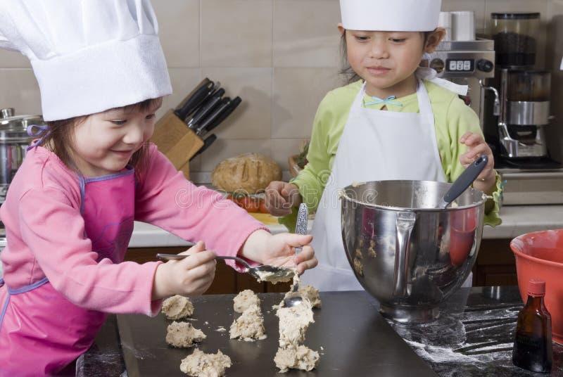 μαγείρεμα παιδιών στοκ εικόνα