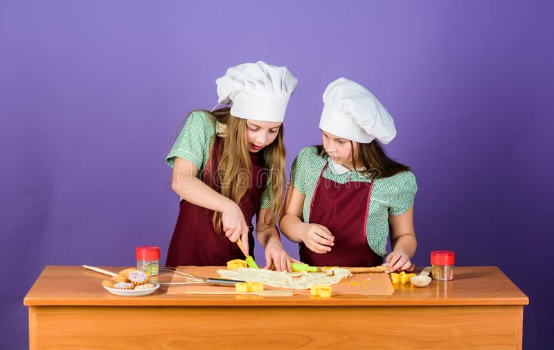 Μαγείρεμα ποδιών παιδιών και καπέλων αρχιμαγείρων Οικογενειακή συνταγή Μαγειρική εκπαίδευση : Μπισκότα πιπεροριζών ψησίματος Αδελ στοκ εικόνες