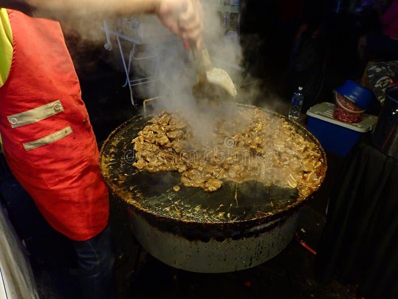 Μαγείρεμα πωλητών σε ένα καυτό wok στα τρόφιμα οδών σε Penampang, Sabah _ στοκ εικόνα με δικαίωμα ελεύθερης χρήσης