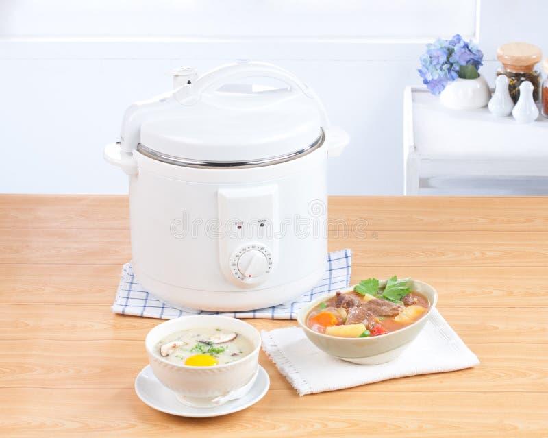 Μαγείρεμα ρυζιού και ηλεκτρικό casserole δοχείο στοκ φωτογραφία με δικαίωμα ελεύθερης χρήσης