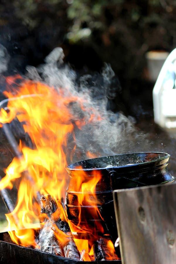 Μαγείρεμα σε μια ανοικτή φλόγα στοκ φωτογραφία