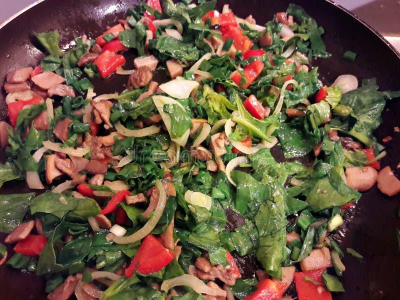 Μαγείρεμα των ζωηρόχρωμων λαχανικών για τα ζυμαρικά στοκ εικόνα