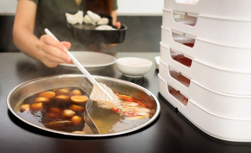 Μαγείρεμα των ψαριών σε ένα διπλό καυτό δοχείο γεύσης με ιαπωνικό Sukiyaki και την ταϊλανδική βάση σούπας διοσκορέων DOM στοκ εικόνες με δικαίωμα ελεύθερης χρήσης