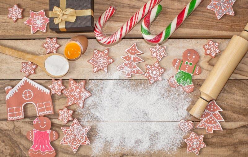 Μαγείρεμα Χριστουγέννων Αλεύρι για το ψήσιμο, τα αυγά, τα μπισκότα πιπεροριζών και το άτομο μελοψωμάτων στο ξύλινο υπόβαθρο με ελ στοκ εικόνα με δικαίωμα ελεύθερης χρήσης