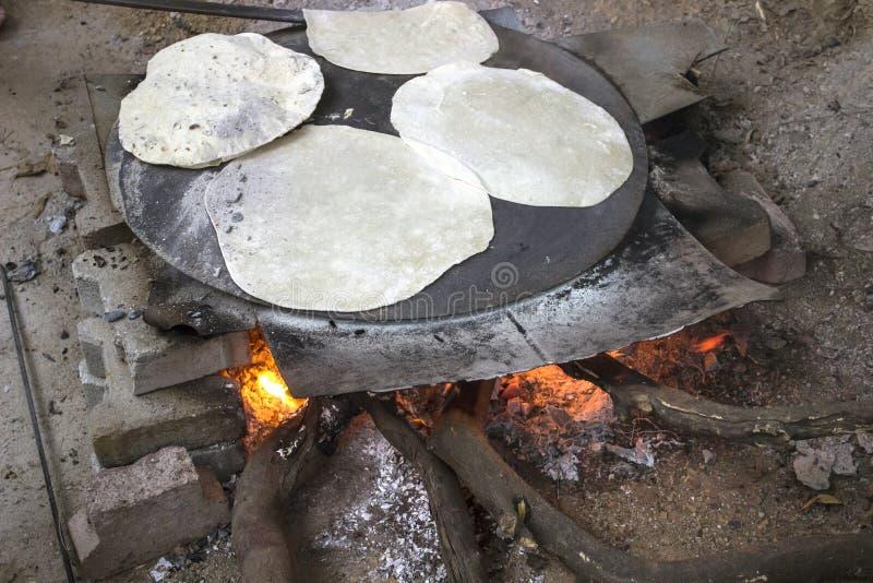 Μαγείρεμα ψωμιού με πίτα πάνω σε ανοιχτή φωτιά στοκ εικόνες
