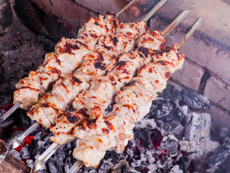 Μαγείρεμα kebab στους άνθρακες Ψημένο στη σχάρα χοιρινό κρέας στα οβελίδια στοκ εικόνα με δικαίωμα ελεύθερης χρήσης