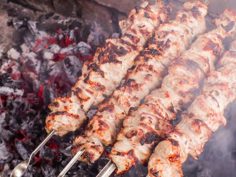 Μαγείρεμα kebab στους άνθρακες Ψημένο στη σχάρα χοιρινό κρέας στα οβελίδια στοκ φωτογραφία