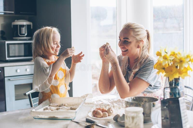 Μαγείρεμα Mom με την κόρη στην κουζίνα στοκ φωτογραφία με δικαίωμα ελεύθερης χρήσης