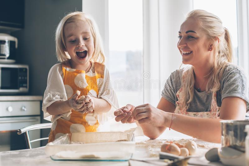 Μαγείρεμα Mom με την κόρη στην κουζίνα στοκ εικόνες με δικαίωμα ελεύθερης χρήσης