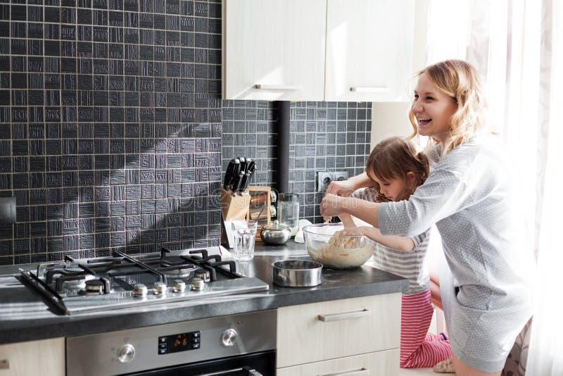Μαγείρεμα Mom με την κόρη στοκ εικόνες