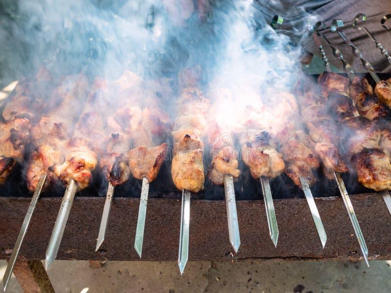 μαγείρεμα shish kebabs την ηλιόλουστη θερινή ημέρα στοκ φωτογραφίες με δικαίωμα ελεύθερης χρήσης
