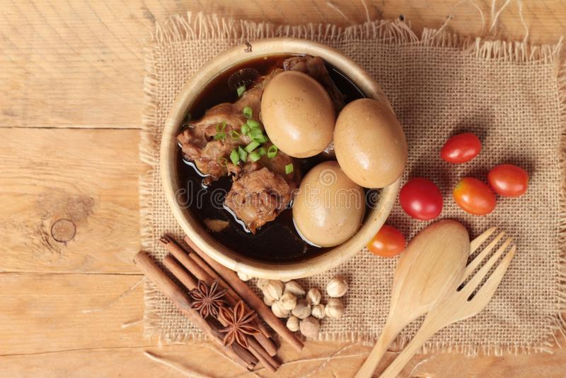Μαγειρευμένα αυγά με τα κινεζικά τρόφιμα κοτόπουλου εύγευστα στοκ εικόνες