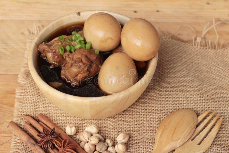 Μαγειρευμένα αυγά με τα κινεζικά τρόφιμα κοτόπουλου εύγευστα στοκ εικόνες με δικαίωμα ελεύθερης χρήσης