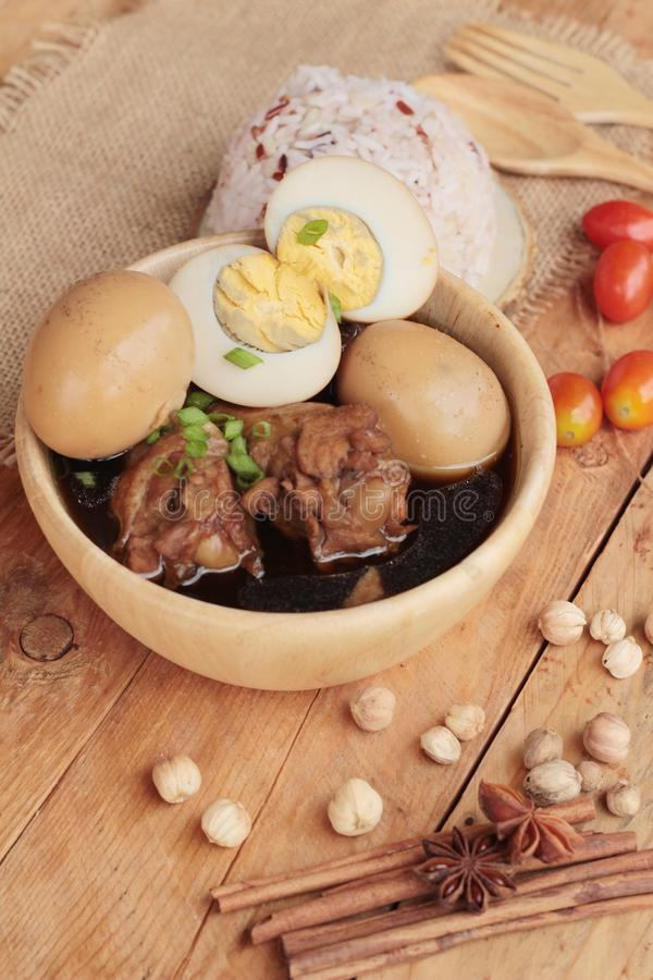 Μαγειρευμένα αυγά με τα κινεζικά τρόφιμα κοτόπουλου εύγευστα στοκ φωτογραφία με δικαίωμα ελεύθερης χρήσης