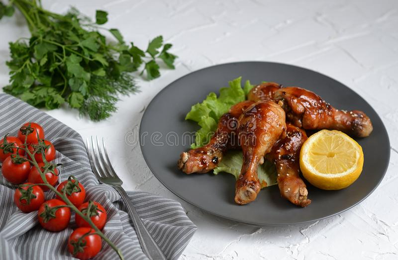 Μαγειρευμένα πόδια κοτόπουλου με το πράσινο πιπέρι χορταριών και καρυκευμάτων σάλτσας σόγιας σχαρών στοκ φωτογραφίες με δικαίωμα ελεύθερης χρήσης